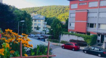 Na predaj veľký, bezbariérový 1 izbový byt s terasou, lodžiou a pivnicou, KARLOVA VES, Líščie údolie, Špieszova ul., Bratislava IV.