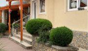 Komfortný, kompletne zrekonštruovaný 5i rodinný dom s krbom, terasou, vinnou pivničkou, altánkom, prístreškom pre dve autá, dielňou, letnou kuchyňou na krásne upravenom pozemku Lozorno!!!