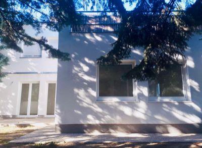 Ponúkame na predaj rodinný dom zo záhradou : 4 izbový byt v dovjpodlažnom rodinnom dome ( spodná časť domu) o celkovej rozlohe 134,8 m2.+ garáž.