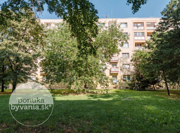 HOSPODÁRSKA, 1-i byt, 41 m2 - NÍZKE NÁKLADY, zeleň, ŽELEZNIČNÁ stanica a CENTRUM MESTA na skok