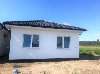 ***NOVOSTAVBA: Dokončený 4 izb. rodinný bungalov v obci Kostolište/Alej M. Benku - pri Malackách!!