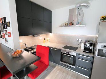 2-izbový byt so záhradou a park. státím v cene