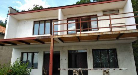 Ponúkame na predaj rodinný dom/chatu v Kamenici nad Hronom.