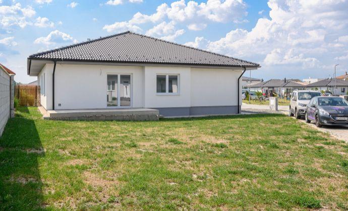 Novostavba RD v obci Malinovo, časť Tri vody na Bazovej ulici