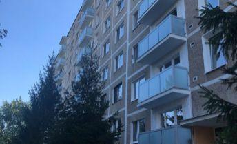 REZERVOVANÉ - Ihneď k dispozícii zrekonštruovaný 1-izbový byt v centre Dubnice nad Váhom s krásnym výhľadom
