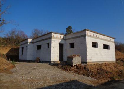 4i hrubá stavba RD v Dolnom Srní, 800m2, IS, nová lokalita