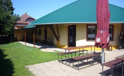 Ponúkame na predaj zariadenú zabehnutú reštauráciu resp. bufet, hostinec, cukráreň zmrzlináreň, kaviareň so všetkými povoleniami k týmto činnostiam, pri hlavnej ceste v obci Halászi, v blízkosti Dunaj