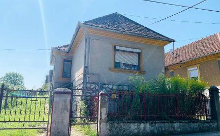 MAĎARSKO - FELSOKELECSÉNY 3 IZBOVÝ RD, HOSPODÁRSKE MIESTNOSTI 2500 M2.