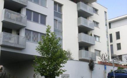 Ponúkame na predaj 1-izbový zariadený priestor v 11 ročnej stavbe na Machnáči, ulica Sklenárska, lokalita Bratislava I.-Staré Mesto