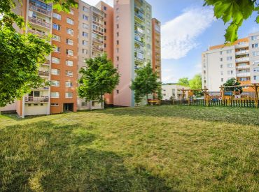 3i byt, 73 m2 – BA-Kramáre: dispozične ZAUJÍMAVO RIEŠENÝ, v tichej ulici plnej zelene
