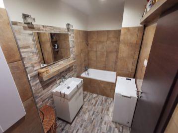 S KLÍMOU ! Nadštandardne zrekonštruovaný 3 izb. byt v nízkopodlažnej bytovke - PEZINOK