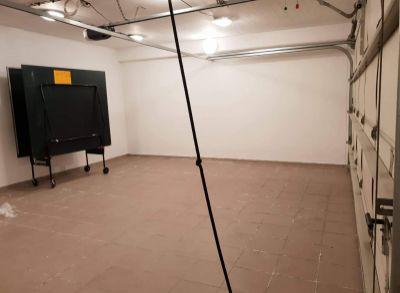 Ponúkame na predaj Veľku garáž pod domom o rozlohe 70 m2 . Možnosť parkovania 4 aut + veľky uložný priestor.