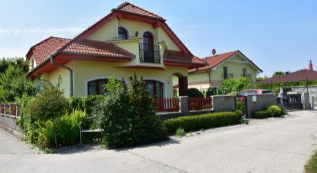 7 - izbový rodinný dom, pozemok 584 m2 - Dunajská Lužná