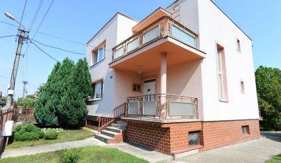 Exkluzívne APEX reality 4 izbový rodinný dom v Dvorníkoch, pozemok 659 m2, garáž, pivnica, slnečný pozemok