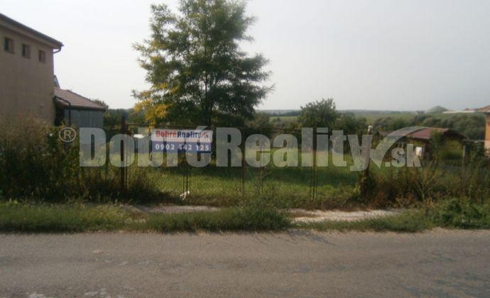 Excelentný stavebný pozemok s rybníkom na predaj v obci Dubník!