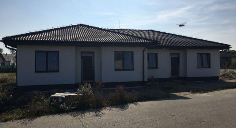 Ponúkame  4izbový byt, v dvojdome ,pozemok 169 m2, v novovybudovanej lokalite  v Bernolákove, Okružná ul.