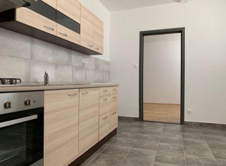 3 izbový byt  balkónom Topoľčany / kumbál ,špajza