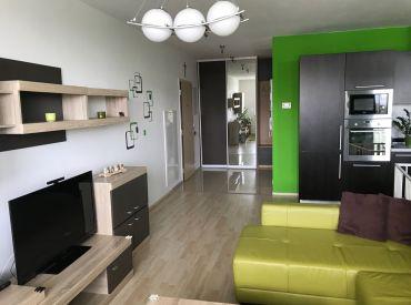 Na predaj priestranný, zariadený 3 -izb. byt, 87m2,  parkovacie státie v cene na Opletalovej ul. v DNV v BA