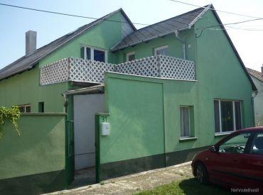 Predaj - dvojpodlažný RD / 264 m2 / na veľkom pozemku /844 m2/ v maďarskej obci Levél