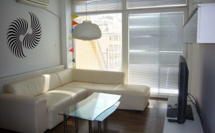 Ponúkame na prenájom zrekonštruovaný, komplet zariadený 3- izbový byt s kompletnou občianskou vybavenosťou v centre Starého Mesta na Dunajskej ulici, BA I.