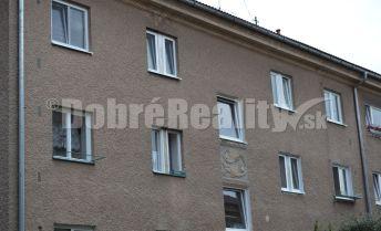 Rezervované! Predaj 3 - izbový byt s celkovou výmerou 82 m2 v tichej lokalite na Starom sídlisku v Prievidzi.