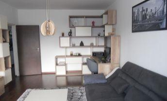 Zariadený 3 izbový byt s loggiou a šatníkom po kompletnej rekonštrukcii
