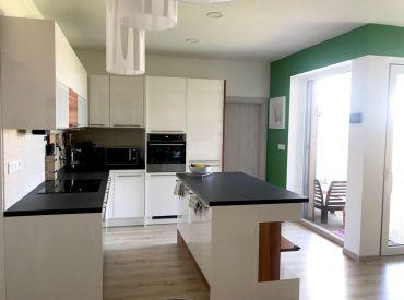 Už len sa nasťahovať ! Na predaj krásny rodinný dom v radovke na Čiernej vode v Chorvátskom Grobe