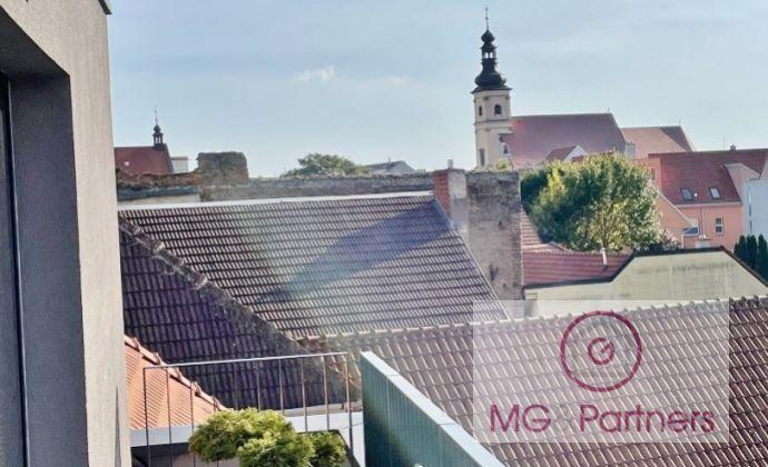 Novostavba veľkého 3-izbového bytu v historickom centre Trnavy, komplet zariadený, klimatizovaný, parkovanie v podz. garáži!