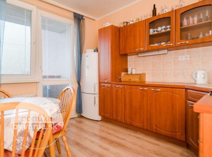 ŽITNÁ, 3-i byt, 69 m2 - ZREKONŠTRUOVANÝ, zateplený dom, PARKOVANIE na vlastnom pozemku, ELEKTRIČKA