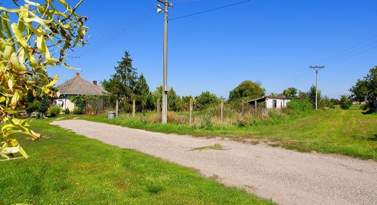 Stavebný pozemok v obci Holice / Stará Gala, 30 km od BA