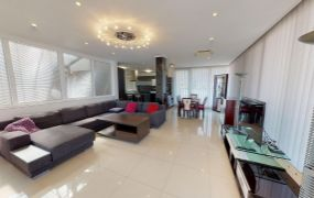 Na prenájom 3-izbový exkluzívny,  luxusne zariadený a klimatizovaný byt s 3 parkovacími miestami v Trenčíne.