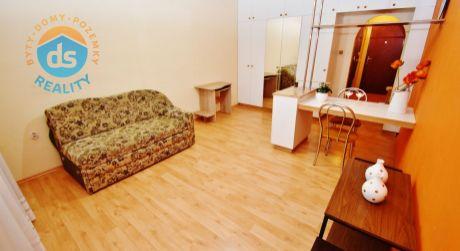 Exkluzívne na predaj zariadený 1 izbový byt s lodžiou, 29 m2, Trenčín, ul. Saratovská
