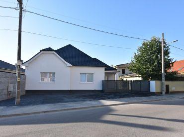 Kompletne zrekonštruovaný 4izb rodinný dom s terasou 37m2 v Šali, ul. Orechová, parkovanie pre 5áut + vo dvore, záhradný domček, okamžite voľný