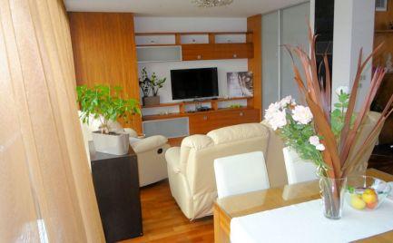 Vysoko nadštandardný 2-izb. byt v centre mesta , internet a TV v cene, garážové miesto 100 €