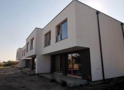 Kvalitné dvojpodlažné 4-izbové domy v pekným pozemkom v tichej ulici