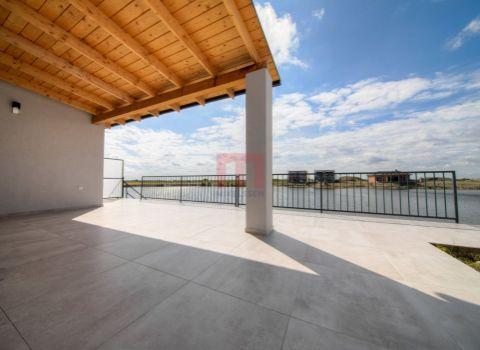 Na predaj nádherný 5 izbový rekreačný dom pri vode so súkromnou plážou a 2 terasami