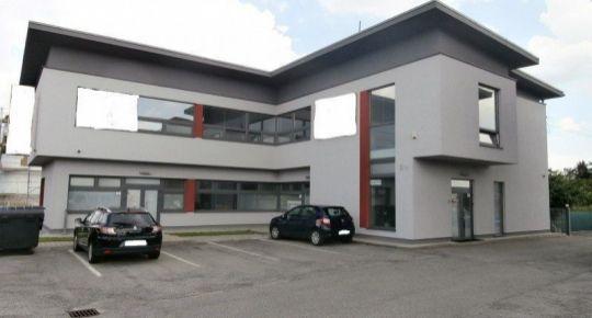 TOP Realitka - 2-podl. Budova – nájomné od 5,25 €/m2/mesiac Novostavba, Kancelárie, Obchodné výkladové priestory, alarm + kamerový systém, klimatizácia, parking, oplotený areál -  BA-PB Pasienkova