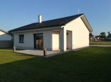 Okres SENEC - ponúkame na predaj v obci Bernolákovo krásny, slnečný 3 izbový, dispozične výborne riešený bungalov s upravenou záhradou