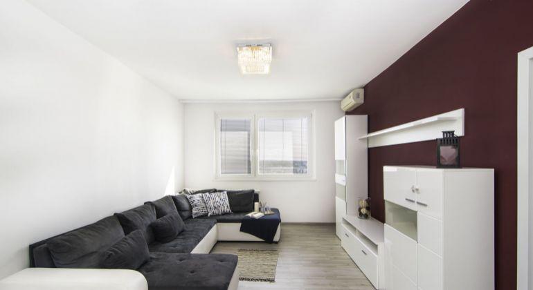 Ponúkame Vám na predaj 3 izbový byt s loggiou a krásnym výhľadom v mestskej časti Rača v Bratislave na Žarnovickej ulici.
