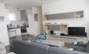 Útulný 4 izbový byt s dvomi loggiami a parkovaním v cene v novostavbe Malý Raj
