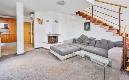 DOM-REALÍT ponúka na predaj štýlový, mezonetový byt s krbom  a terasou v centre mesta