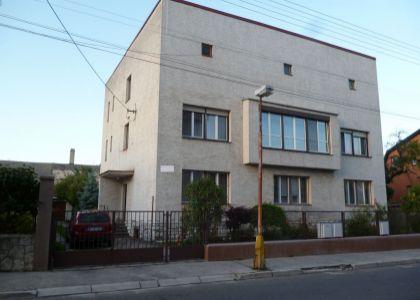 DOMUM - veľký 3+1i byt  so záhradou v dobovej vile v Novom Meste nad Váhom.