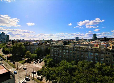 Na prenájom priestranný 2 izbový byt s unikátnym výhľadom na Bratislavu na Karadžičovej ulici