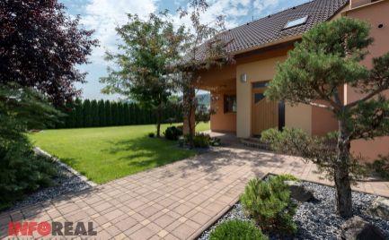 NOVÁ CENA: Tehlový RD, 5 izb. + 3 kúpeľne, dvojgaráž, terasa, posilňovňa, solárne panely, jedinečný 13 á pozemok