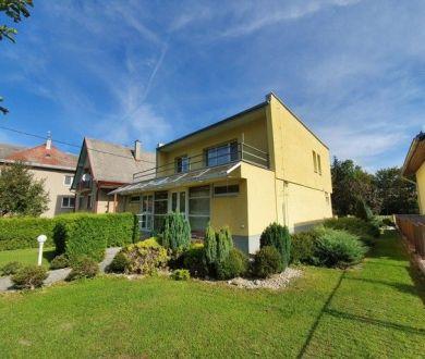 REZERVOVANÝ - Exkluzívne iba u nás. Ponúkame na predaj veľmi pekný starší rodinný dom v Považskej Bystrici.