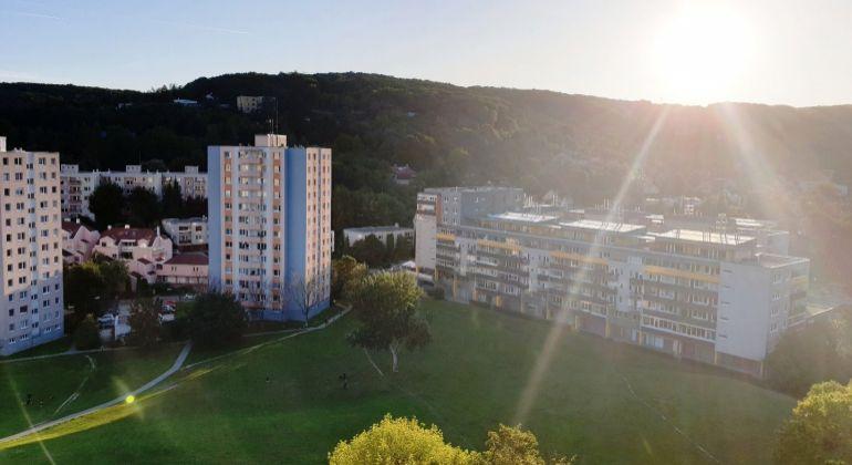 REZERVOVANÉ - Predaj, slnečný 3-izbový byt s krásnym výhľadom  vo vyhľadávanej lokalite, Bratislava-Dúbravka,ul. Pod Záhradami