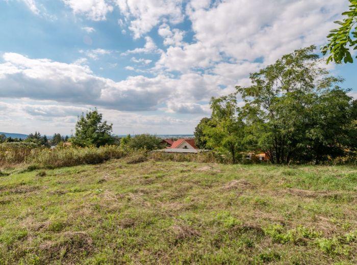 MARIANKA, stavebný pozemok, 795 m2 – TICHÁ lokalita, ničím NEOHROZENÝ VÝHĽAD, obklopený PRÍRODOU