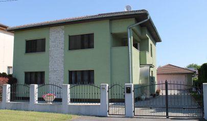 EXKLUZIVNE - TOPOĽČANY 6 izbový exkluzívny rodinný dom, pozemok 859 m2, tichá lokalita