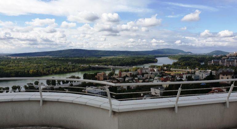 PRENÁJOM –  1-izbový apartmán s terasou a krásnym výhľadom na Dunaj, garáž, Bratislava-Staré Mesto, Radvanská ul.