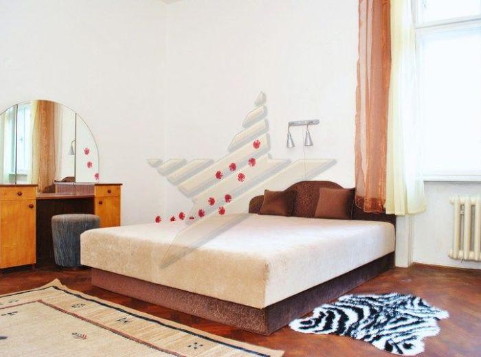 PREDANÉ - VAJANSKÉHO NÁBREŽIE, 2-i byt, 76 m2 - pôvodný stav, staromestský TEHLOVÝ byt s VÝŤAHOM a BALKÓNOM, orientovaný do tichého DVORA